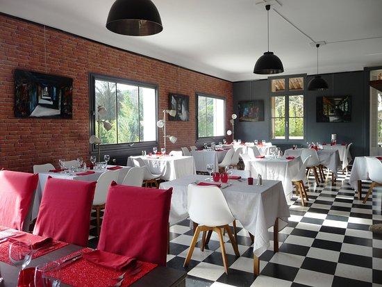 Remoulins, Francia: Nouvelle décoration de la salle du restaurant LE COLOMBIER, plus moderne et plus cosy. La cheminée amène un ambiance chaleureuse en hiver.