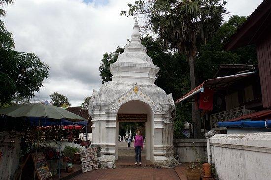 Den Gyldne By (Wat Xieng Thong): У входа