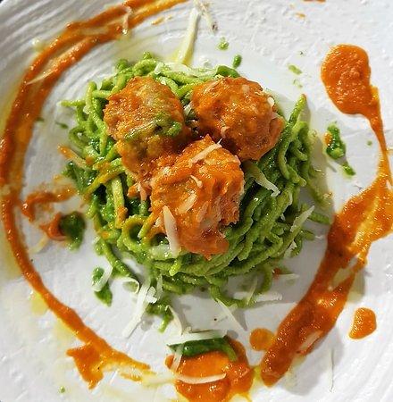 """Spaghetti maison """"à la guitare"""", crème de navets, boulettes à la saucisse d'Italie & pecorino à la truffe Homemade pasta, cream of turnips, meatballs with italian sausage & truffled pecorino"""