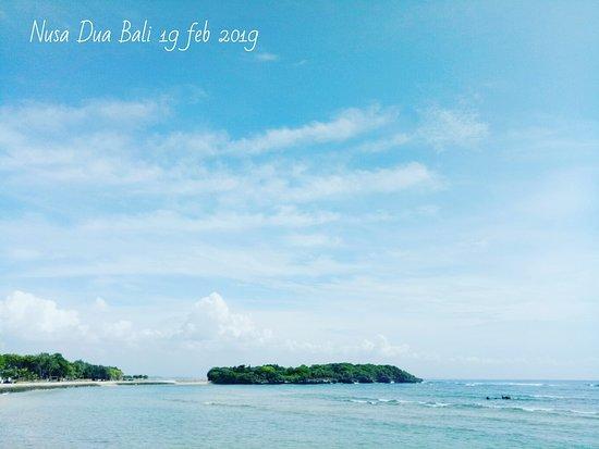 Pantai Nusa Dua Bali deket dari kota,  pemandangannya indah sekali. apalagi kalau pagi pagi kesini udara nya sejuk sekali.