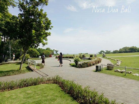 Dekat pantai nusa dua bali ada taman,  kalau kalian mau olahraga jalan pagi atau yoga tempat ini bagus bangets.