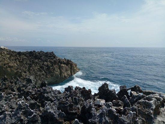 nah pantai nusa dua bali ada dua tuh tempat santai kalau ke arah utara nya,  disini bisa duduk santai deket bangets sama pantai di pinggiran batu karang .