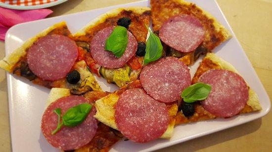 ไมส์บาค, เยอรมนี: Hausgemachte Dinkelpizza mit lokalen Zutaten - wahlweise vegetarisch oder mit Salami.