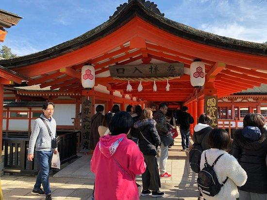 Itsukushima Shrine: 拝観料(300円)を払って、さあ、回廊へ