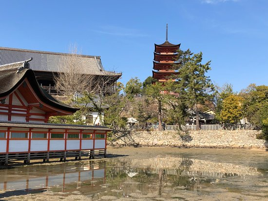 Itsukushima Shrine: 回廊からの風景(お気に入りの一つ)。 満潮になると、神殿や池越しに丘の上に立つ千畳敷、五重塔が見渡せます。