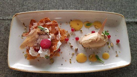 Crispy manzana y helado de caramelo salado vistos desde arriba