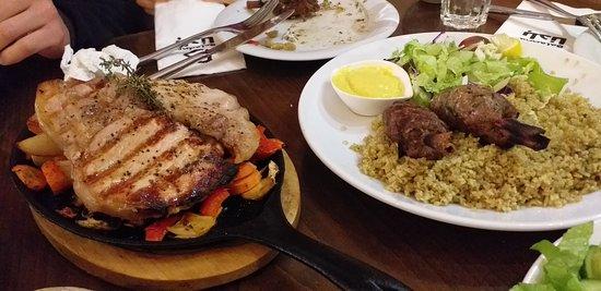 Jish, Israel: בשר טרי ורך, עשוי נהדר! הקבאב על מקל קינמון יושב על מצע של פריקה טעים. הסטייק עסיסי וטעים,  גם הירקות הצלויים שמתחתיו