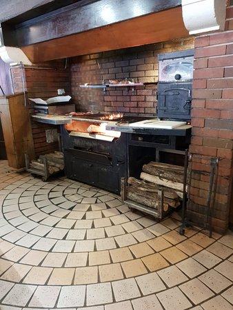"""Le Barbecue sous la cheminée """"très sympathique Toutes les viandes y sont cuites devant vous ;) """""""