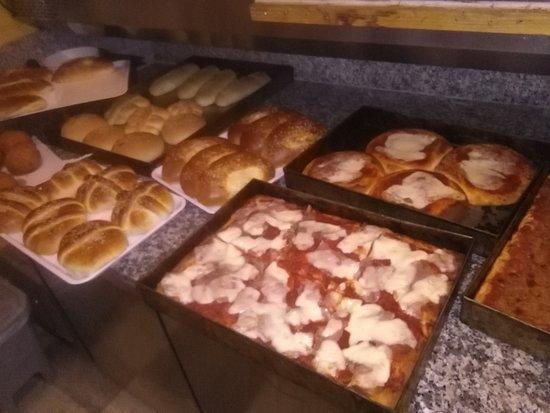 Pizzeria Sapori Di Sicilia: la nostra tavola calda mattutina per le vostre colazioni,con il nostro banco allestito per voi