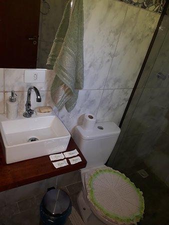 Sapucai-Mirim, MG: Chalé 1 equipado com cozinha com fogão, geladeira e utentílios. Banheiro e quarto.