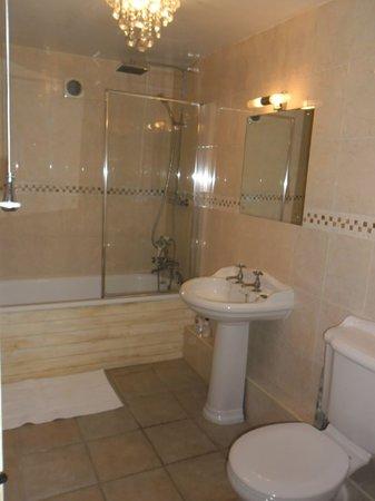 Blythburgh, UK: Full size bath & shower