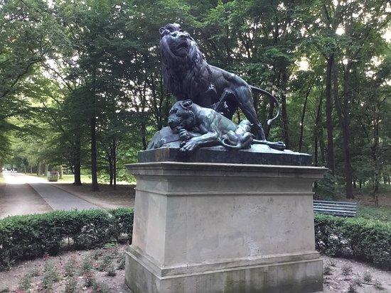 Заменять настоящих львов бронзовыми стали при Фридрихе Великом.