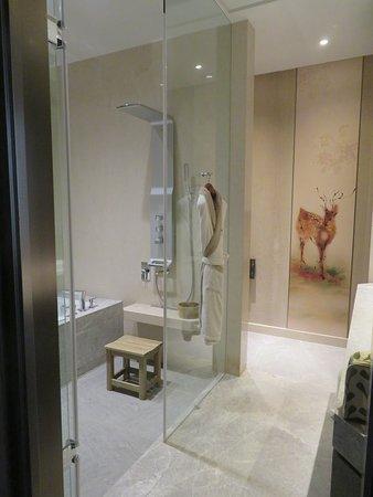 Grand Mayfull Hotel Taipei: Salle De Bains Spacieuse Avec Douche Et  Baignoire, Toilettes Modernes