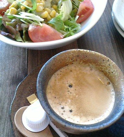野菜サラダとコーヒー。 サラダは結構なボリュームだが、コーヒーはとても少ない。