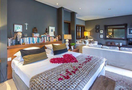 Chimera Villas: Master bedrooms villa tiga