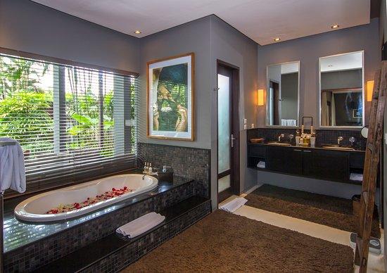 Chimera Villas: master bathroom villa tiga