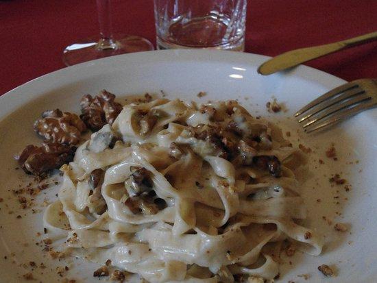 Fubine, Italy: Pasta integrale fatta in casa con sugo di Gorgonzola e noci