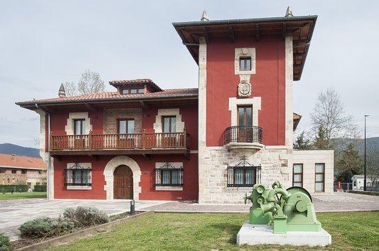 Los Corrales de Buelna, Spain: Exterior del museo. Antiguo palacio de Quintana rehabilitado con fines culturales.