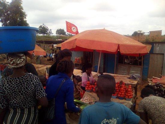 Bas-Congo Province, สาธารณรัฐประชาธิปไตยคองโก: La foule des vendeurs et vendeuses entourent toute personne susceptible de faire un achat. Il faut savoir négocier légèrement et c'est mieux d'aller vers les étals où les prix sont affichés.