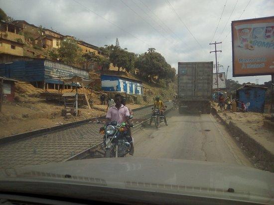 Bas-Congo Province, สาธารณรัฐประชาธิปไตยคองโก: Matadi, lors de la réparation de la route principale, la Nationale numéro 1. Les véhicules devait passer par tour: ceux qui montent comme nous le faisons avancent allègrement pendant que les autres patientent.