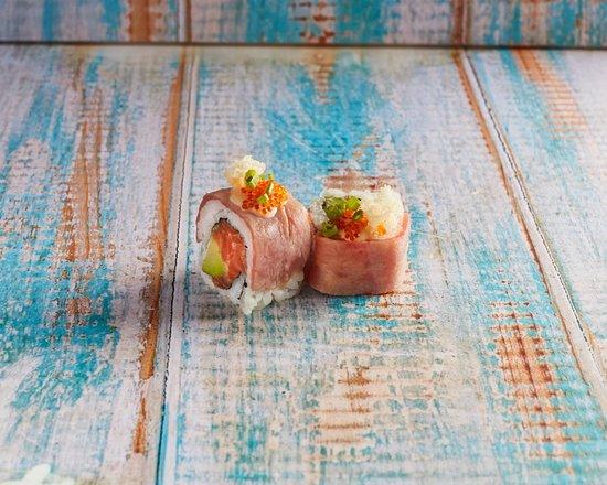 Smoky Beach: Salmon Tuna roll