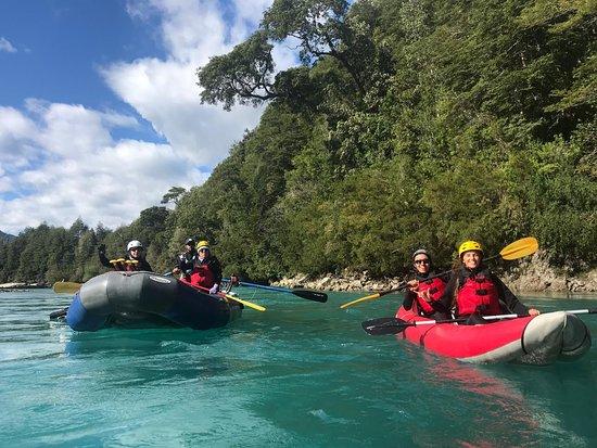 Alsur Expediciones: Aquí algunos en balsa y otros en kayak bajando por río Puelo
