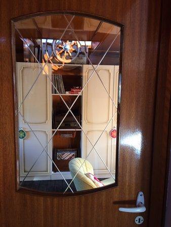 Via deze mooie originele deur kom je vanuit de hal in de woonkamer