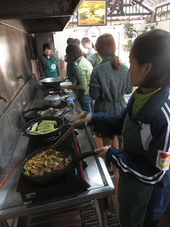 Hanoi Kochkurs: Our group taking turns at cooking...Plenty of space!