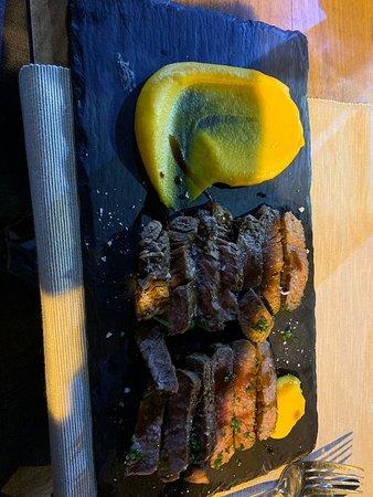 Wir waren beim Essen da. Das Essen war wie zu sehen ist gut zubereitet und geschmackvoll serviert. Leider waren die Portionen des Hauptganges zu klein und zu wenig Beilagen