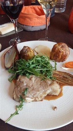 Auberge Du Trieux: Cœur de carré de veau breton en habit vert et noix et jus léger au poivre.