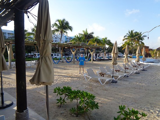 Fiesta Americana Cozumel All Inclusive: plenty of lounge chairs by the water