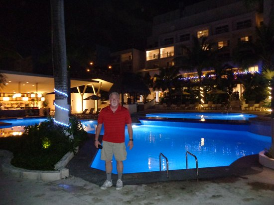 Fiesta Americana Cozumel All Inclusive: Nicely lit pool for night time swim