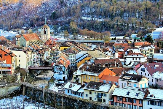Moudon, שוויץ: Vista della cittadina dalla sua parte alta.