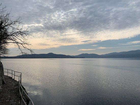 Maggiore Gölü, İtalya: La passeggiata dell'amore è uno dei luoghi più affascinanti del lago Maggiore. Una camminata semplice e molto suggestiva