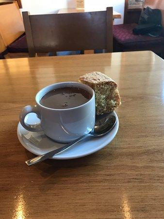 Chocolat chaud offert avec gâteau de Savoie le mercredi et le samedi à volonté superbe adresse