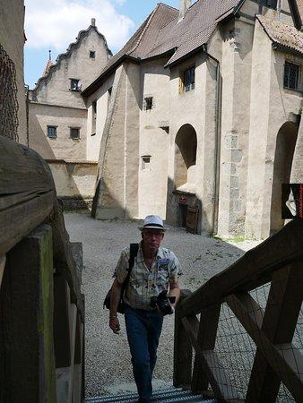 binnenplein naast de kerk van slot Harburg