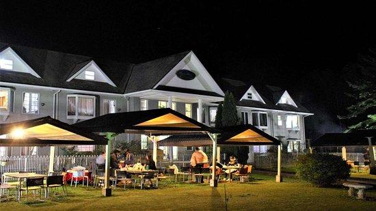 Condominium Square Hills: 雨天対応型BBQ施設の夜の雰囲気