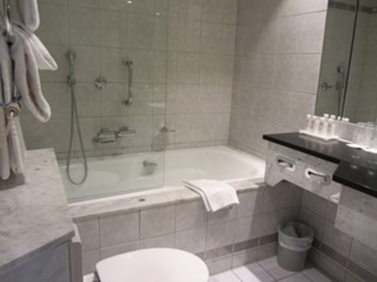 Ensuite (with shower over bath)