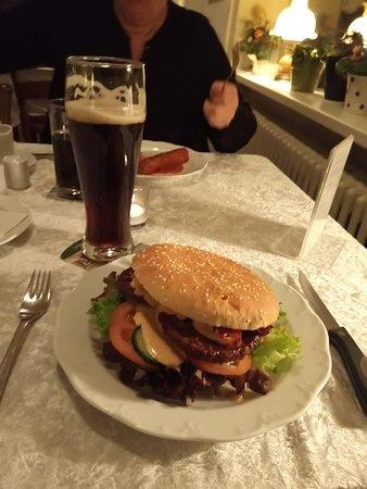 Suderlugum, Niemcy: Dejlig burger med friske råvarer. Dertil dunkel beer fra fad.