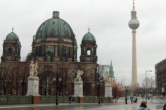 Berlin, Deutschland: La Catedral de Berlín, en nuestro recorrido por la ciudad conociendo los puntos más característicos de la ciudad.