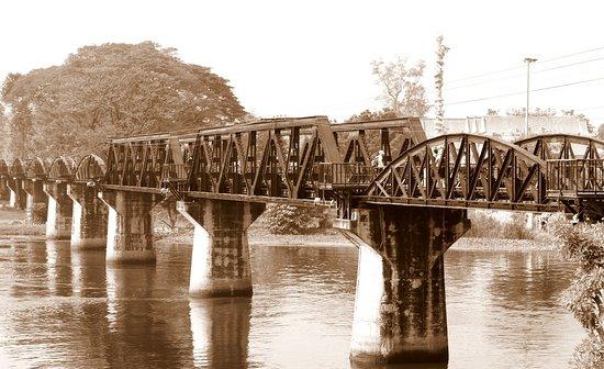 Tour: Brücke über den Fluss Kwai und Thailand-Burma-Eisenbahn: Pont de la Rivière Kwai ( photo : GuyRothPhotography). Je me suis amusé à refaire une photo à l'ancienne !!!