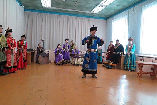 Ust-Ordynsky, Russie : นักแสดงท่านนี้ ร้องเพลงโดยการควบคุม พลังปราณ ครับ เสียงดังกระหึ่มไปทั่วห้องเลยครับ