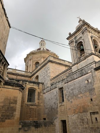 Malta Essen und Wein Tour mit Besuch der lokalen Farm - gemeinsame Tour: Walking through Rabat