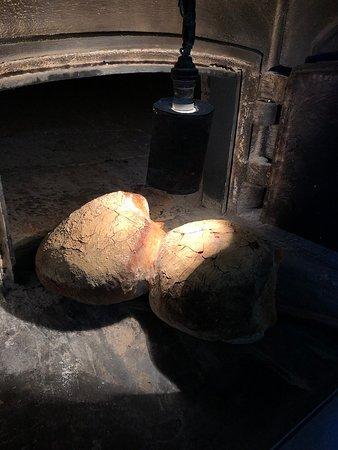 Malta Essen und Wein Tour mit Besuch der lokalen Farm - gemeinsame Tour: Fresh Maltese bread done in a traditional oven