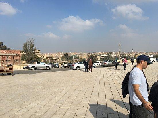 Parkplatz und Zufahrtsstraße zu den Pyramiden