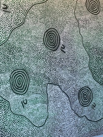 Desert Gardens Hotel, Ayers Rock Resort: Local art on the wall