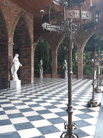 Os jardins e varandas são repletos de esculturas.