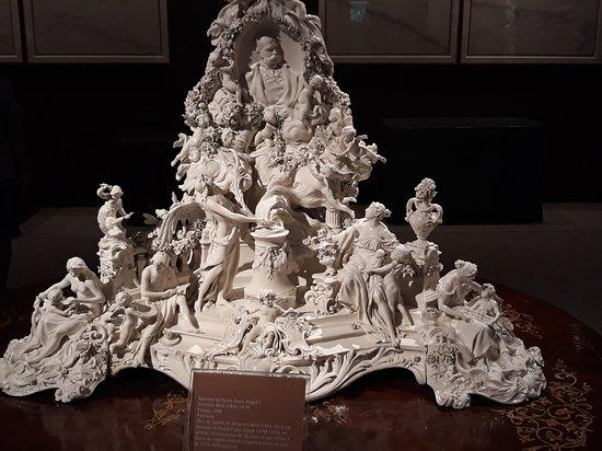 Escultura feita em porcelana.