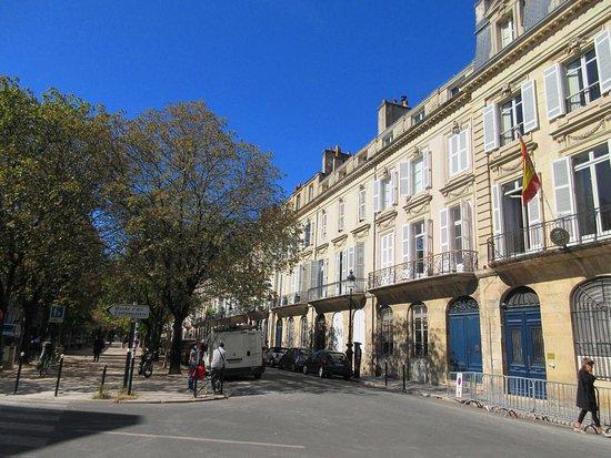 Cours Xavier Arnozan, rue située à quelques pas du CAPC.  Cette artère nous permet d'arriver directement sur la Place Laîné et la Bourse Maritime.  Vous y verrez de belles demeures du 18e siècle.