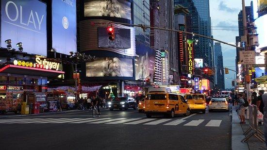 Traffico, artisti di strada, personaggi in costume, ragazze in abiti succinti, luci, suoni,  una fiumana di gente.  Times Square è così, c'è chi la ama e chi la odia, io la adoro!  e voi?